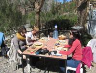 Dégustation sur la terrasse du repas préparé par le groupe